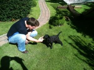 Aykas erster Kontaklt mit einem Tannenzapfen