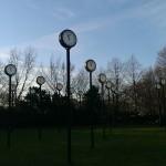 Das Zeitfeld von Klaus Rinke - 24 Uhren in 5m Höhe