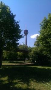 Blick vor dem Aufgang zur Rheinkniebrücke zum Fernsehturm