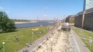Blick auf Rheinuferpromenade - im Hintergrund die Oberkasseler Brücke
